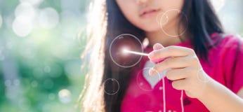 Junges Mädchen, das mit Blase spielt Stockfoto