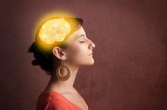 Junges Mädchen, das mit glühender Gehirnillustration denkt stockfotografie