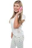 Junges Mädchen, das mit ihrem Freund durch Mobiltelefon spricht Stockfotos