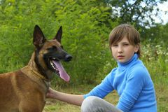 Junges Mädchen, das mit ihrem Haustier-Belgier-Schäfer spielt lizenzfreie stockfotografie