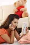 Junges Mädchen, das mit ihrer Liebe auf Mobile spricht Stockbilder