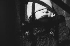 Junges Mädchen, das mit Licht in der Straße spielt Stockfotografie