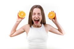 Junges Mädchen, das mit Orangen schreit stockbilder