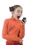Junges Mädchen, das in Mobiltelefon kreischt Lizenzfreies Stockfoto
