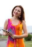 Junges Mädchen, das modischen Tabletten-PC grast Lizenzfreies Stockbild