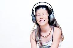 Junges Mädchen, das Musik genießt Lizenzfreie Stockfotos