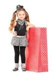 Junges Mädchen, das nahe bei einer Einkaufstasche aufwirft Stockbild