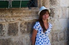 Junges Mädchen, das nahe den alten Schlosswänden steht Stockfotografie