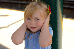 Junges Mädchen, das Ohren hält Stockbild