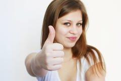 Junges Mädchen, das okayzeichen zeigt Lizenzfreie Stockfotografie