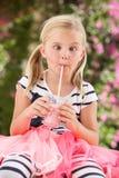 Junges Mädchen, das rosafarbene Wellington-Matten trägt Stockbild