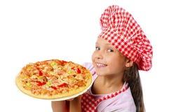 Kleines Mädchen, das Pizza zubereitet Stockbilder