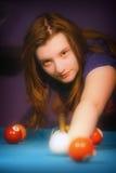 Junges Mädchen, das Snooker spielt Stockfotos