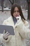Junges Mädchen, das Tablette betrachtet lizenzfreies stockbild