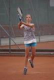 Junges Mädchen, das Tennis spielt lizenzfreies stockfoto