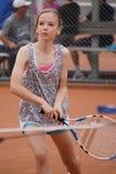 Junges Mädchen, das Tennis spielt lizenzfreie stockfotos