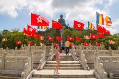 Junges Mädchen, das Tian Tan Buddha bereitsteht lizenzfreies stockfoto