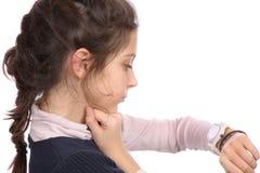 Junges Mädchen, das Uhr betrachtet Lizenzfreies Stockfoto