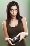Junges Mädchen, das Videospiele spielt stockfoto