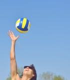 Junges Mädchen, das Volleyball am Strand spielt Lizenzfreies Stockfoto