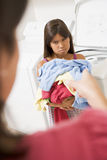 Junges Mädchen, das Wäscherei tut Stockfoto