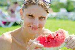 Junges Mädchen, das Wassermelone isst lizenzfreies stockbild