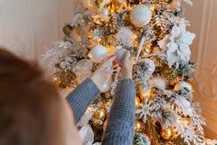 Junges Mädchen, das Weihnachtsbaum verziert lizenzfreie stockfotografie