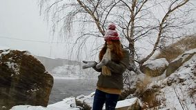 Junges Mädchen, das in Winterschneefälle geht stock video footage