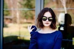 Junges Mädchen, das woolen Brosche auf Terrasse hält lizenzfreie stockfotografie