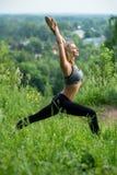 Junges Mädchen, das Yoga auf dem Lichtungsprofilschuß tut Stockfoto