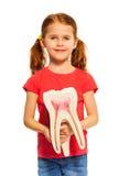 Junges Mädchen, das Zahn blind mit ihren Händen hält Lizenzfreie Stockfotografie