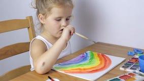 Junges Mädchen, das zu Hause ein Bild malt stock video footage