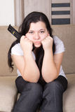 Junges Mädchen, das zu Hause fernsieht Lizenzfreie Stockfotos