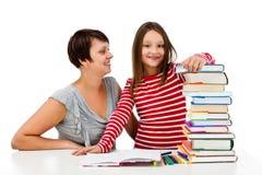 Mädchen, welches die Hausarbeit lokalisiert auf weißem Hintergrund tut Stockfoto