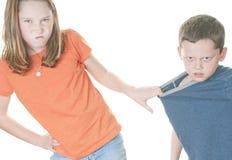 Junges Mädchen, das zum Jungen mittler ist Lizenzfreie Stockbilder
