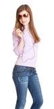 Junges Mädchen, das zum Musik-OM-MP3-Player hört Lizenzfreie Stockfotos
