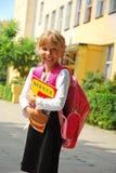 Junges Mädchen, das zur Schule geht Stockfotografie