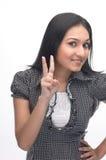 Junges Mädchen, das zwei Finger zeigt Lizenzfreie Stockfotos