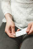 Junges Mädchen in den Jeans mit Pillen in den Händen Lizenzfreie Stockfotografie