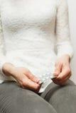 Junges Mädchen in den Jeans mit Pillen in den Händen Stockbilder