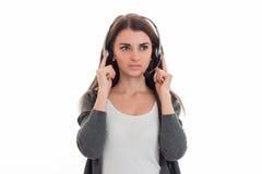 Junges Mädchen in den Kopfhörern blickt ernsthaft in Richtung Stockbilder