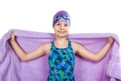 Junges Mädchen in den Schutzbrillen und in der Schwimmenkappe Lizenzfreies Stockfoto