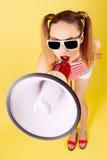 Junges Mädchen in den Sonnenbrillen Stockfoto