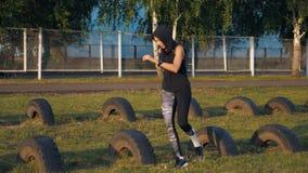 Junges Mädchen der Eignung, das geeignete Übung des Kreuzes auf Stadion tut stock video