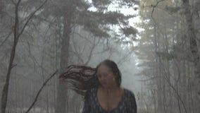Junges Mädchen in der Furcht, die durch das Holz läuft stock footage