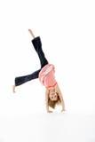 Junges Mädchen in der gymnastischen Haltung, die Wagenrad tut Lizenzfreies Stockbild