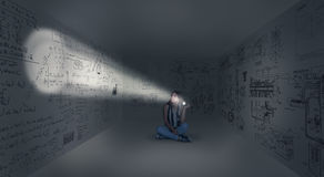 Junges Mädchen in der Mitte eines Raumes Stockbild