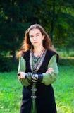 Junges Mädchen in der mittelalterlichen Klage Lizenzfreie Stockfotografie