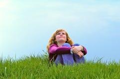 Junges Mädchen in der Natur Lizenzfreies Stockfoto
