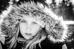 Junges Mädchen in der Pelzhaube lizenzfreie stockbilder